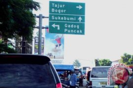 Jalur Puncak macet kendaraan dialihkan ke Sukabumi