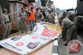 Polisi ikut bersihkan APK calon kepala daerah