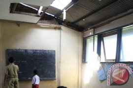 Ribuan ruang kelas SD Karawang rawan ambruk