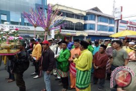 Tanjidor Iringi Pemindahan Pedagang Pasar Flamboyan