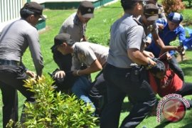 Tiga mahasiswa ditangkap saat unjukrasa antikorupsi