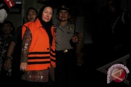 Ratu Atut Teteskan Air Mata di Mobil Tahanan
