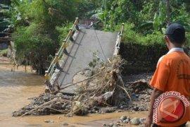 Banjir bandang putus jembatan jalur alternatif Puncak-Cianjur