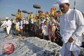 Pantai Kuta Dipadati Umat Hindu