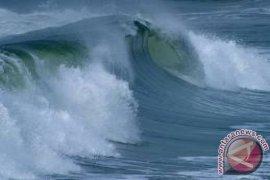 Wow, Gelombang Laut Palabuhanratu Mencapai Lima Meter