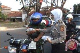 Personil Polisi Bagikan Makanan Buka Puasa