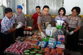 Petugas di Magetan Temukan Makanan Kedaluwarsa Saat Razia