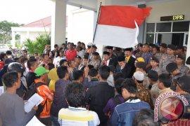 Mahasiswa Tuntut Pimpinan DPRD Tempati Rumah Dinas