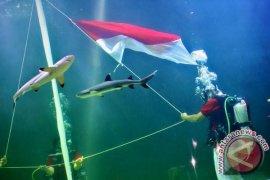 Upacara Bendera Bawah Air