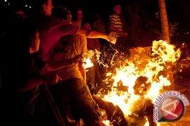 Seorang pria nekat bakar diri di depan kantor pemerintahan di Belarusia