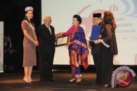 Gubernur Terima Penghargaan Suara Adhi Prakarsa