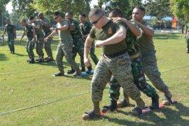 TNI AL - USMC Ikuti Permainan Tradisional Indonesia