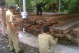 Pemkab Landak Pasang Plang Kawasan Hutan Lindung