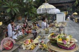 Penjual Sarana Ritual Ramai Pesanan Jelang Pagerwesi