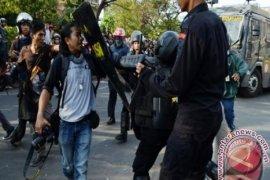 """Polisi Yang Masih """"Hobi"""" Menganiaya Wartawan"""