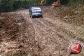 Jalan Batang Asai Jambi Tertimbun longsor