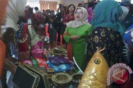 Mufidah Jusuf Kalla terkesan dengan songket Jambi