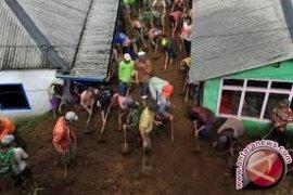 12 Orang tertimbun longsor di Sukabumi