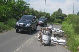 Jalan Provinsi di Raya Simalungun Longsor