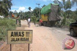 Jalan trans Kalimantan di Penajam rusak parah