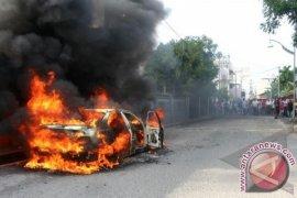 Mobil terbakar hebohkan pengguna jalan