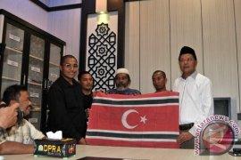 Yara Serahkan Bendera Bulan Bintang ke DPRA