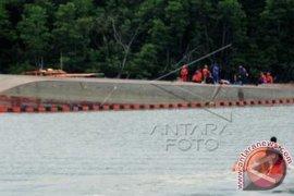 Kapal LCT Pengangkut 37.600 Tabung Elpiji Terbalik di Perairan Balikpapan
