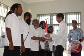 Jokowi Beri Grasi Lima Tapol Papua