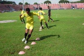 Sepak Bola Jatim Uji Coba Lapangan Secapa Bandung
