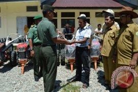 Petani Abdya Dapat Bantuan Traktor Tangan