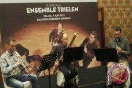 Tiga Musisi Alat Tradisional Prancis Hibur Warga Surabaya