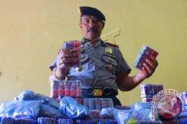Polisi Karawang gerebek pembuatan petasan