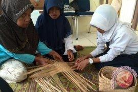 Pemkab Kaur bekali pelajar dengan keterampilan menganyam