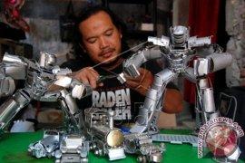 Kerajinan Miniatur Robot Daur Ulang
