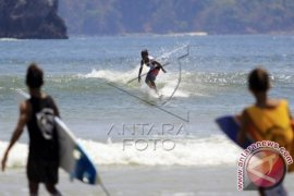 80 Surfers From Various Countries Compete In Banyuwangi