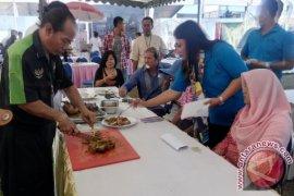Memasak Kuliner Betutu Tarik Perhatian Pengunjung NDF