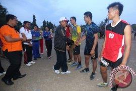 Ketua KONI Klungkung Resmi Tutup Turnamen Voli Banjarangkan Cup I