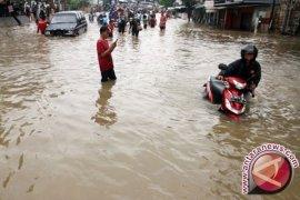Banjir rendam jalan lintas timur