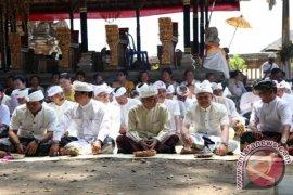 Pj. Bupati Ngaturang Bakti Pada Karya Balik Sumpah Lan Medem Pedagingan Di Pura Kehen Bangli