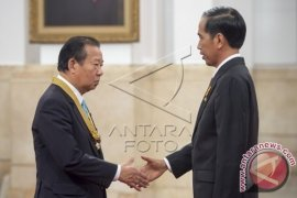 President Awards Medal to Japan-Indonesia Parliament League Chairman