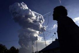 Abu letusan Gunung Soputan mengarah ke Minahasa
