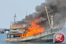 Tiga Kapal Malaysia Pencuri Ikan Dibakar