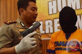 Menembak Polisi Dengan Airsoft Gun