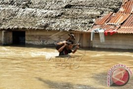 Thousands Flee Their Flooded Houses in North Aceh