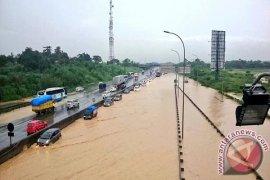 Tol Jakarta-Cikampek Macet Akibat Tergenang Air