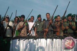 Warga serahkan 65 senjata api ke Kodim