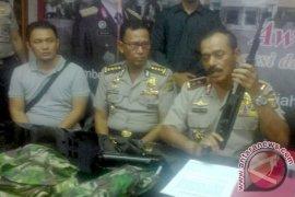 Dua Anggota Kelompok Bersenjata Menyerah ke Polisi