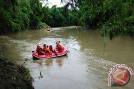Basarnas Jember Lakukan Pencarian Anak Hanyut di Sungai