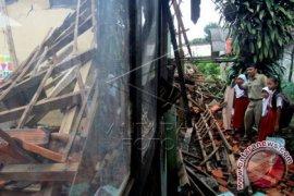 Bangunan sekolah Karawang ambruk dihempas angin kencang