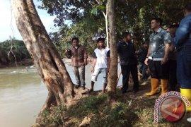 Gubernur : tiga jembatan gantung hanyut akibat banjir
